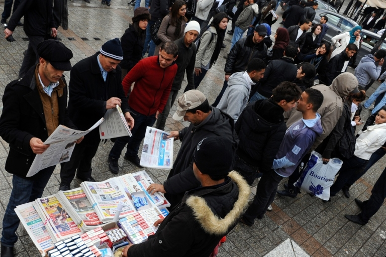 <p>Tunisians read newspapers in the center of Tunis after the overthrow of the dictator Zine El Abidine Ben Ali.</p>