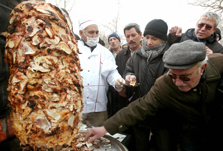 <p>Turkish people wait in a queue for a chicken doner kebab prepared by Ankara Chicken Meat Distributer Platform in Ankara, 31 January 2006. The platform distributed chicken and turkey doner kebabs for 4,000 people to promote the chicken meat against lethal bird flu.</p>