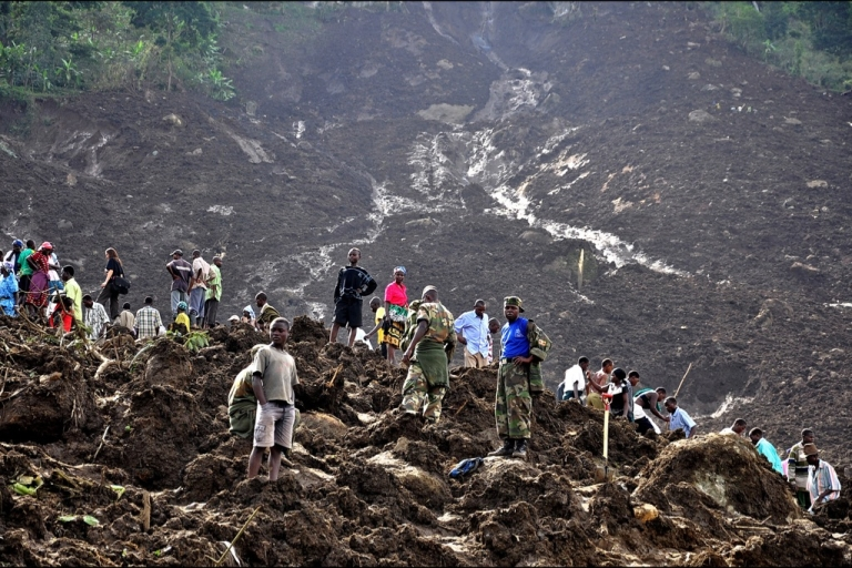<p>Ugandan soldiers and relatives try to retreive the bodies of villagers burried under a landslide at Bududa in Mbale district in eastern Uganda that engulfed entire villages killing at least 80 people in March 2010.</p>