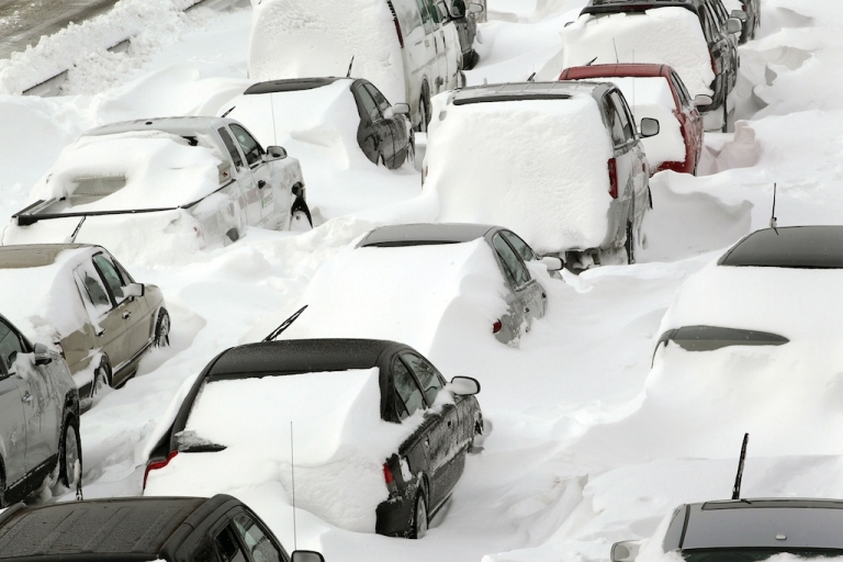 <p>Cars sit in the northbound lanes of Lake Shore Drive after accidents and drifting snow stranded the drivers during a blizzard February 2, 2011 in Chicago, Illinois. Massive blizzards bombarded the Midwest and Northeast during the winter of 2011.</p>