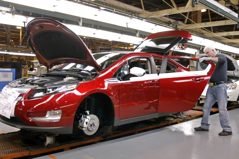 <p>A US factory worker assembles a Chevrolet Volt hybrid electric vehicle at GM's Detroit-Hamtramck Assembly November 30, 2010 in Detroit, Michigan.</p>
