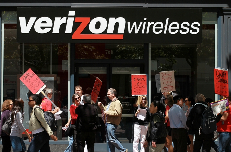 <p>Union workers picket outside a Verizon Wireless store in San Francisco, Calif., on Aug. 9, 2011.</p>