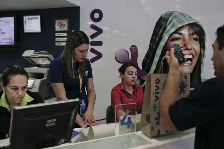 <p>A client buys a new mobile phone in Sao Paulo.</p>