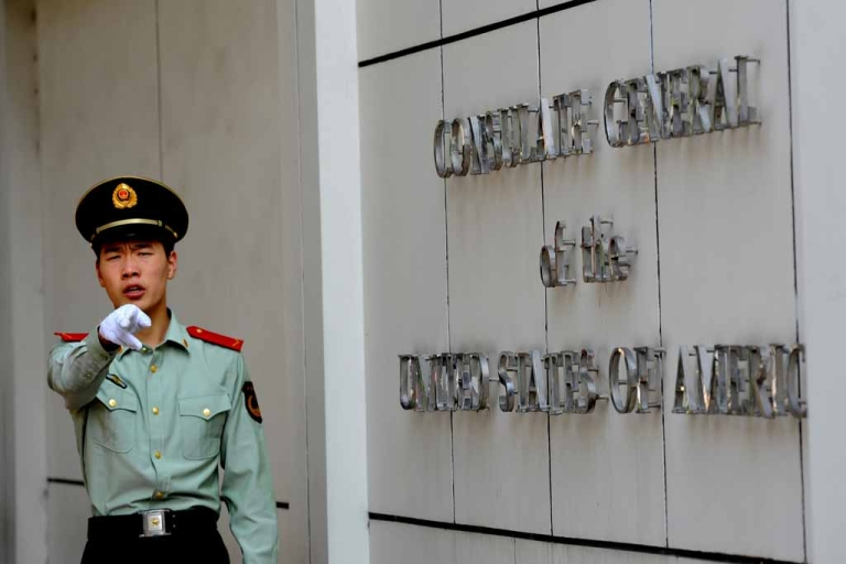 <p>A Chinese paramilitary policeman at the entrance to the US consulate in Chengdu, southwest China's Sichuan province on Sept. 17, 2012, where Wang Lijun sought refuge earlier this year.</p>