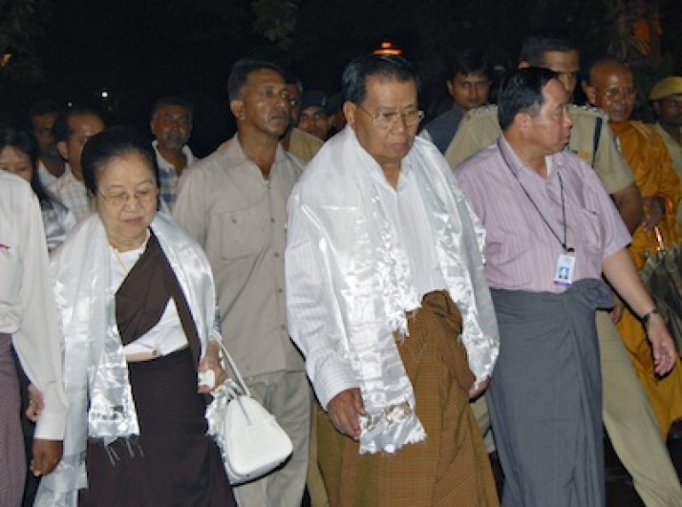 <p>Myanmar leader senior general Than Shwe (center) offers prayers in India on July 25, 2010.</p>