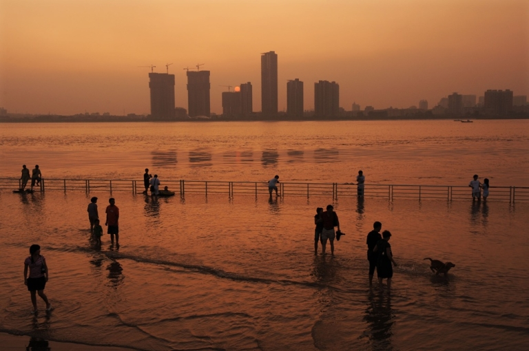 <p>Residents play at the flooded bank of the Yangtze River on September 6, 2008 in Wuhan of Hubei Province, China.</p>