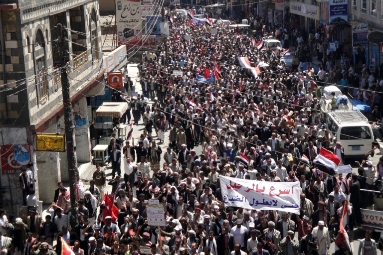 <p>Hundreds of people demonstrate in Yemen's southern Ibb province to show their support after Yemeni security forces shot dead 17 anti-regime demonstrators and wounded scores more on the second day of lethal clashes in Taiz on April 4, 2011.</p>